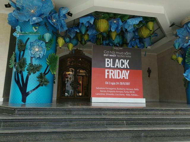 Cảnh trái ngược tại Tràng Tiền Plaza và Vincom trong ngày Black Friday - Ảnh 1.