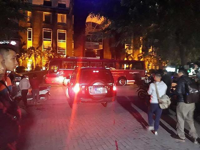 Lực lượng tính năng đang thực hiện nhiệm vụ liên quan ở nhà ông Đinh La Thăng (Hà Nội). Ảnh: TUYẾN PHAN