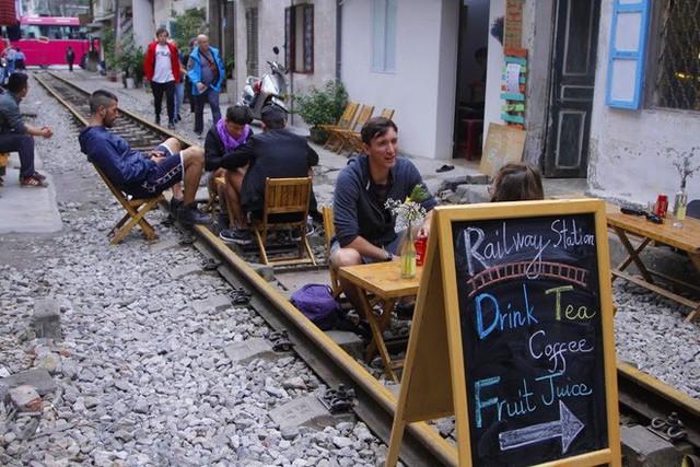 Công an xử phạt, đề nghị đóng cửa loạt quán cafe nằm giữa các con phố tàu ở Hà Nội, nhiều khách Tây ra về trong ngỡ ngàng - Ảnh 1.