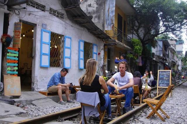 Công an xử phạt, đề nghị đóng cửa loạt quán cafe nằm giữa các con phố tàu ở Hà Nội, nhiều khách Tây ra về trong ngỡ ngàng - Ảnh 2.
