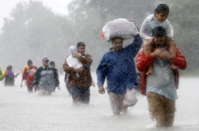 Người dân đang lội qua vùng nước lũ trong trận bão nhiệt đới Harvey tại Beaumont Place, thành phố Houston, bang Texas, Mỹ vào ngày 28 tháng 8.
