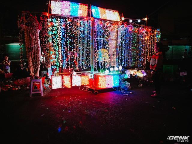 Đời sống qua lăng kính smartphone (Kỳ 1): Người dân Sài Gòn nô nức trang trí phố xá đón Noel đến gần - Ảnh 1.