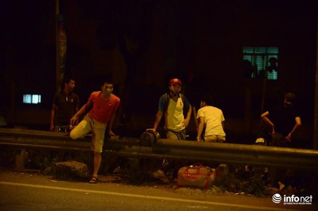 Hà Nội: Vạ vật đến nửa đêm vẫn không bắt nổi xe khách về quê nghỉ lễ 2/9 - Ảnh 11.