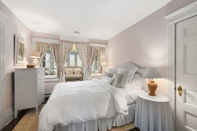 Toàn bộ có 10 phòng ngủ và các phòng ngủ đều được sử dụng tông màu trắng tinh khiết cho căn phòng.