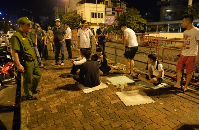 Hà Nội ra quân tổng kiểm tra, kiểm soát hành chính trong đêm: Đang ngồi uống nước, bị mời về phường vì không mang giấy tờ tuỳ thân - Ảnh 11.