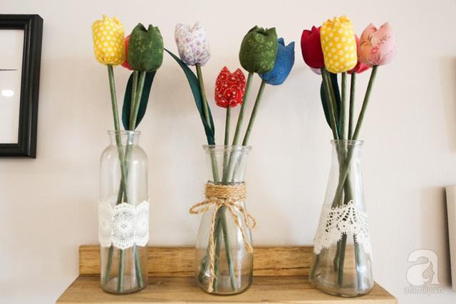 Những lọ hoa vải đặt trên kệ nhỏ vô cùng đáng yêu.