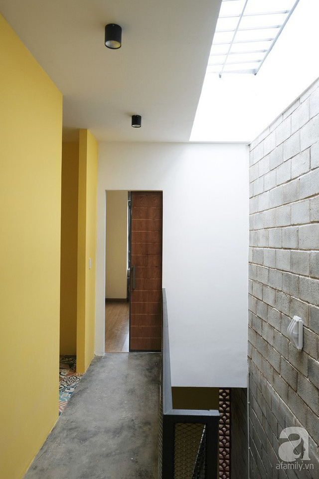 Khoảng thông tầng với cách lấy sáng từ mái đã khiến toàn bộ ngôi nhà trở nên sáng và điều khí.