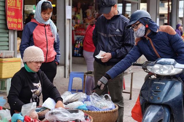 Chùm ảnh: Người Hà Nội co ro xuống phố trong cái lạnh kỷ lục từ đầu mùa - Ảnh 11.