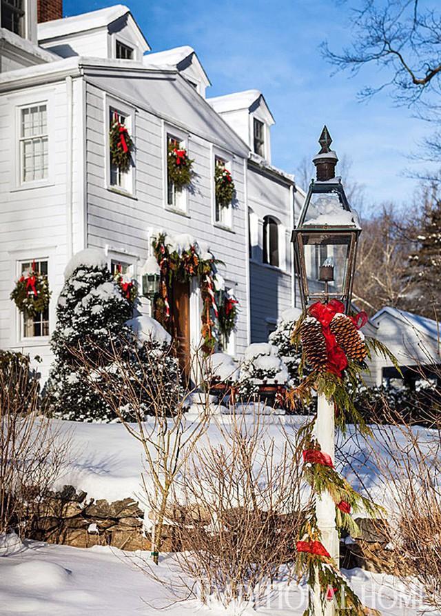 Những ngôi nhà trang hoàng lộng lẫy đón Noel đẹp đến mê mẩn giữa tuyết trắng - Ảnh 11.