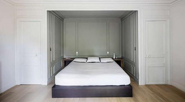 Phòng ngủ được thiết kế đặc biệt như kiểu được giấu vào một chiếc hộp – tạo nên một không gian phòng ngủ kiểu mới. Vẫn là sắc trắng tinh khôi làm màu nổi bật, phòng ngủ hiện lên rộng rãi mà vô cùng ấm cúng.