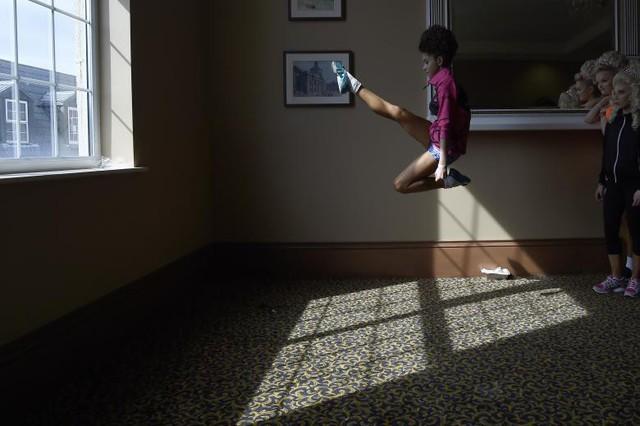 Aibhin Kenneally, 13 tuổi từ nhóm nhảy Flynn-OKane hâm nóng hậu trường trước khi biểu diễn ở Thế vận hội Ailen tại Dublin, Ireland ngày 11 tháng 4.
