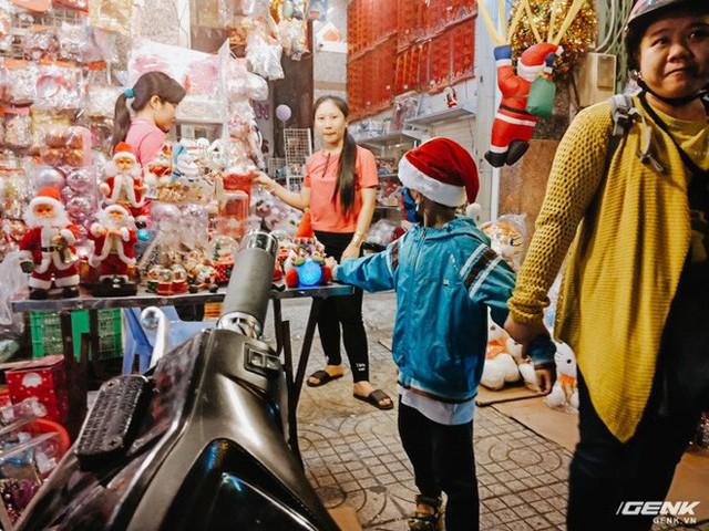 Đời sống qua lăng kính smartphone (Kỳ 1): Người dân Sài Gòn nô nức trang trí phố xá đón Noel đến gần - Ảnh 11.