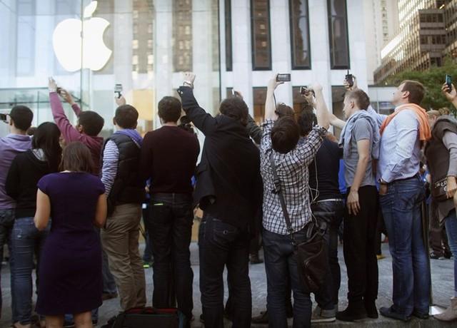 Tháng 1/2007, sau nhiều năm nghiên cứu, Jobs chính thức giới thiệu iPhone tại Macworld Expo. Đó là sự kết hợp khả năng chơi nhạc của iPod với một thiết bị sở hữu màn hình cảm ứng mượt mà cùng Safari - trình duyệt web đầu tiên có đầy đủ các tính năng trên điện thoại di động. Chỉ sau 74 ngày, 1 triệu chiếc iPhone đã được tiêu thụ. Người hâm mộ nếu muốn sở hữu siêu phẩm này phải cắm trại trước các cửa hàng từ nhiều ngày trước. Ảnh: Getty Images.