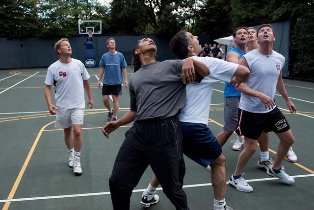 Tổng thống chơi bóng rổ cùng một số nghị sĩ năm 2009.