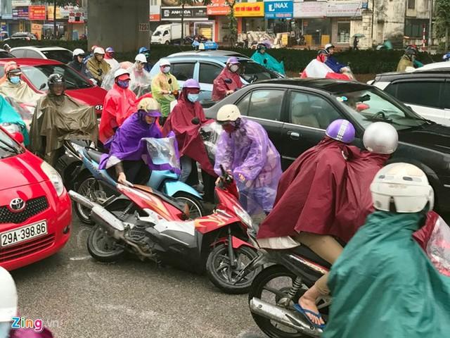 Một phụ nữ đi xe máy bị chiếc ôtô đâm nhẹ từ phía sau ngã lăn ra đường.