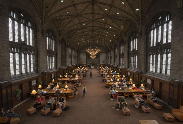 2. Columbia University Địa điểm: New York City Tổng chi phí năm học 2016-2017: 68.405 USD Học phí: 55.161 USD Chi phí ăn ở: 13.244 USD       1. Harvey Mudd College Địa điểm: Claremont, California Tổng chi phí năm học 2016-2017: 69.717 USD Học phí: 52.666 USD Chi phí ăn ở: 17.051 USD