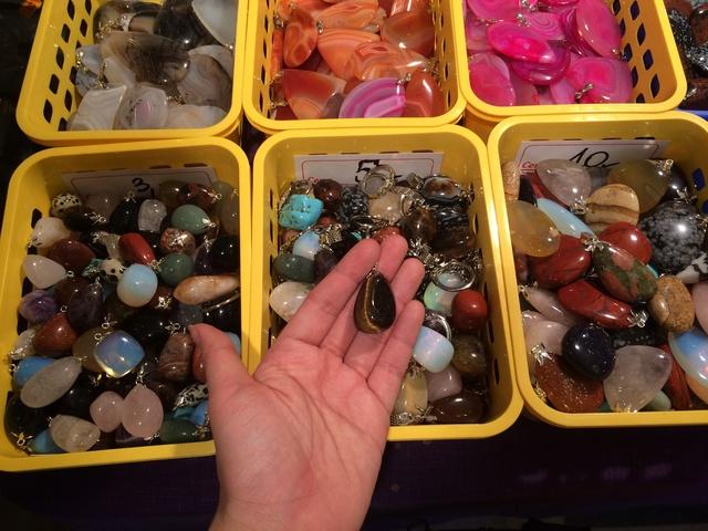 Cùng với đá mắt hổ, jasper, unakite, citrine,… được chế tác thành móc đeo chìa khóa, bán đồng giá từ 3 – 10 PLN (18-60 ngàn VNĐ).