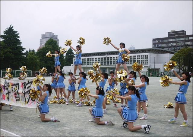 Đội cổ động trường Trung học nữ Gakushuin.