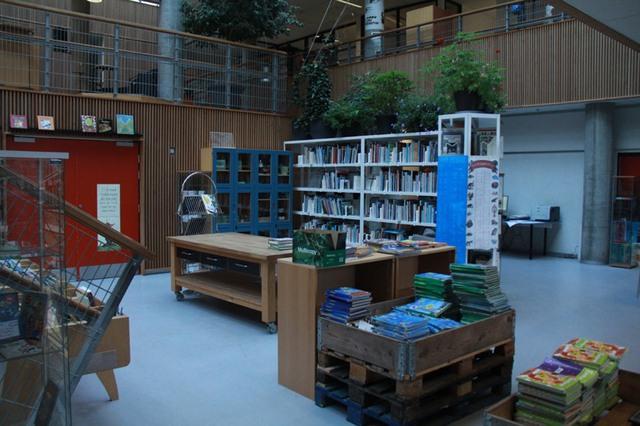 Thư viện trường được bố trí ở tầng 1 và lối lên cầu thang