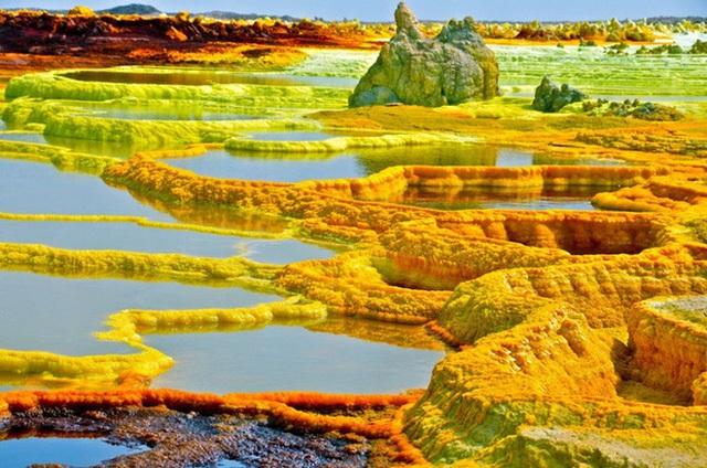 Sự pha trộn một cách tự nhiên của sắc vàng, sắc xanh và sắc đỏ đã tạo nên một cánh đồng thủy nhiệt Dallol, Ethiopia trầm mặc và yên bình.