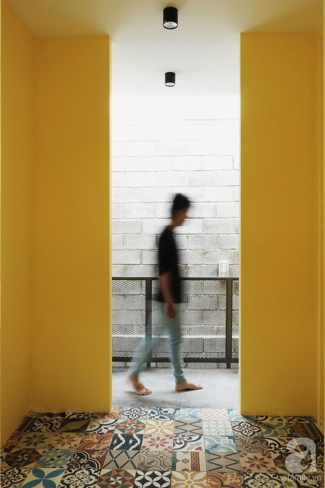 Phòng thay đồ được lát gạch bông mang màu sắc hiện đại, tươi sáng làm điểm nhấn cho toàn bộ không gian tầng hai.