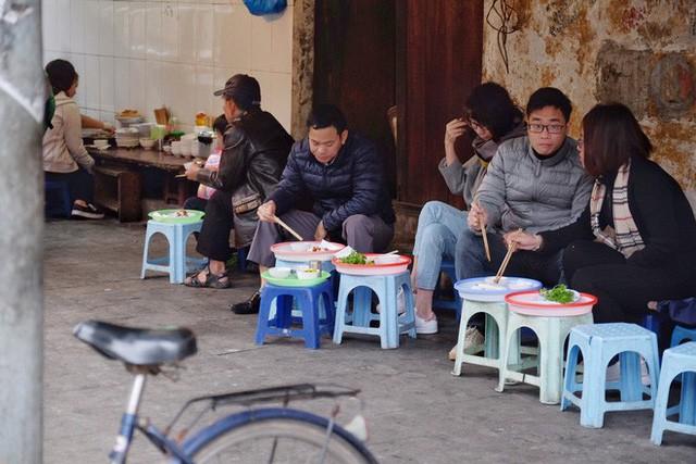 Chùm ảnh: Người Hà Nội co ro xuống phố trong cái lạnh kỷ lục từ đầu mùa - Ảnh 12.