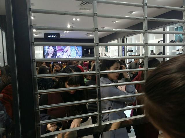 Cảnh trái ngược tại Tràng Tiền Plaza và Vincom trong ngày Black Friday - Ảnh 12.