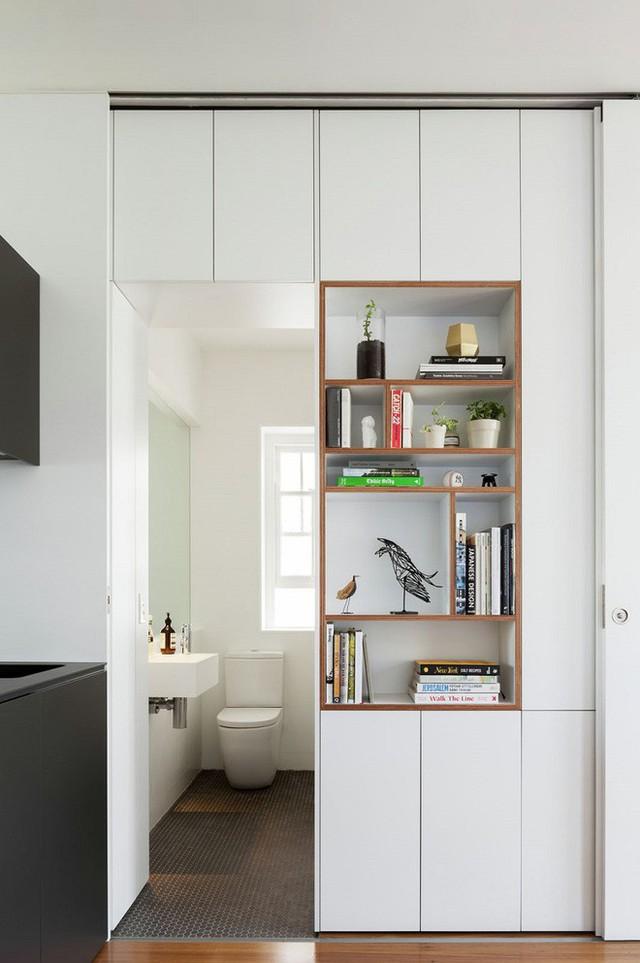 Bên trái chính là phòng vệ sinh. Tuy có diện tích nhỏ nhưng với gam màu trắng và các đồ gia dụng nhỏ nhắn thì trông phòng vẫn thoáng và vừa mắt.