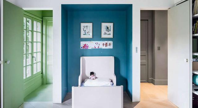 Ở một không gian phòng ngủ khác, bạn vẫn có thể sử dụng những sắc màu tươi vui, đậm màu hơn để hấp dẫn đôi mắt con trẻ. Đây sẽ là phòng ngủ lý tưởng, đậm chất cổ tích dành riêng cho con bạn.