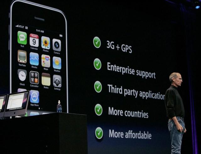 Năm 2008, Apple phát hành iPhone 3G - sở hữu tốc độ mạng nhanh hơn cùng cửa hàng ứng dụng App Store cho phép người dùng cài đặt phần mềm từ các nhà phát triển khác ngoài Apple. Tại thời điểm ra mắt, App Store đã có sẵn 500 ứng dụng. Ảnh: Reuters.