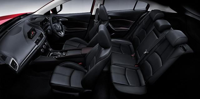 Trong khi đó, cửa mở không cần chìa khóa, nút chọn chế độ lái, đèn pha và cần gạt nước tự động cũng như lẫy chuyển số thể thao trên vô lăng chỉ được trang bị cho bản cao cấp của Mazda3 2017.