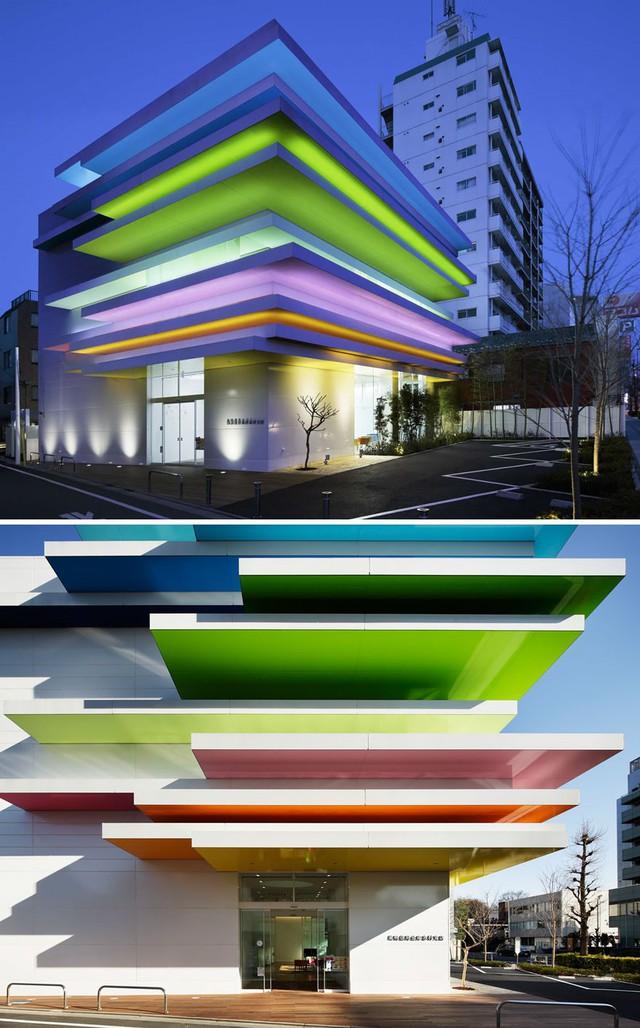 Ngân hàng Sugamo Shinkin chi nhánh Shimura, Azusawa, Itabashi tạo hiệu ứng đẹp mắt với những tấm lợp màu sắc đầy ngẫu hứng.