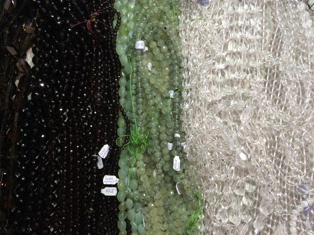 Đá thạch anh khói (bên phải) bán theo chuỗi 30-40 cm với giá 40 PLN (240 ngàn VNĐ)