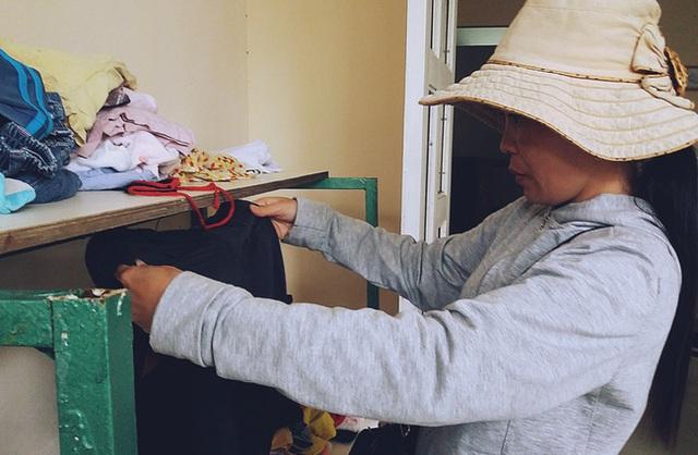 Những lao động nghèo khi đến ăn cơm, tranh thủ ghé vào kệ quần áo cũ để lựa cho mình những chiếc áo, chiếc quần vừa vặn.