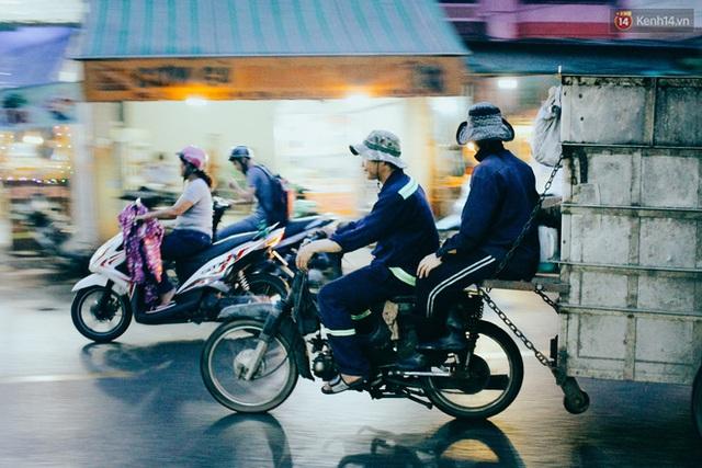 Đến gần 7 giờ, xe gom rác bắt đầu hoạt động ở một số khu vực. Chuyện xe rác xông pha vào giờ cao điểm cũng là câu chuyện gây khó chịu cho biết bao người đi đường ở Sài Gòn. Kẹt xe đã đành, xe rác còn chiếm hết một nửa lòng đường và bốc mùi khó chịu.