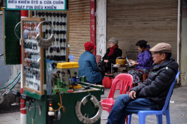 Chùm ảnh: Người Hà Nội co ro xuống phố trong cái lạnh kỷ lục từ đầu mùa - Ảnh 13.