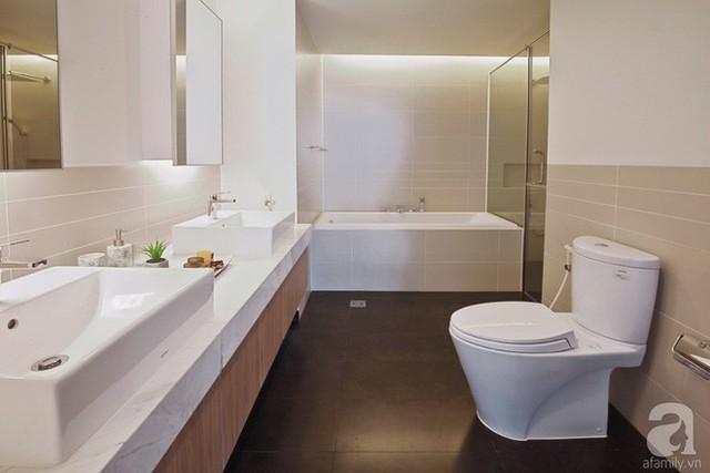 Phòng tắm đơn giản và hiện đại.