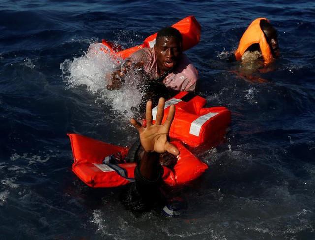 Ngày 14-4 vừa qua, những người di cư cố gắng nổi lên mặt nước sau khi rơi khỏi chiếc thuyền cao su trong một chuyến cứu hộ của tàu MOAS (Miến Điện). Tất cả 134 người di cư đã sống sót và đã được tàu MOAS cứu hộ.