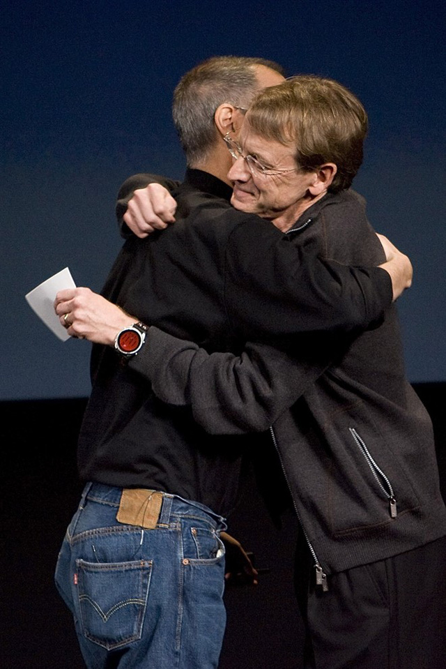Khoảnh khắc Steve nhận khoản tiền 100 triệu USD từ nhà đầu tư mạo hiểm John Doerr đánh dấu sự chuyển mình vĩ đại của Apple trong thế kỷ mới. Ảnh: Getty Images.