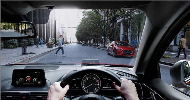 Chưa hết, Mazda3 2017 tại Thái Lan còn có hệ thống kiểm soát điều hướng mô-men xoắn mới. Về an toàn, xe có 6 túi khí, hệ thống chống bó cứng phanh ABS, phân bổ lực phanh điện tử EBD, trợ lực phanh, cân bằng điện tử, kiểm soát lực bám, hỗ trợ khởi hành ngang dốc và đèn khẩn cấp.