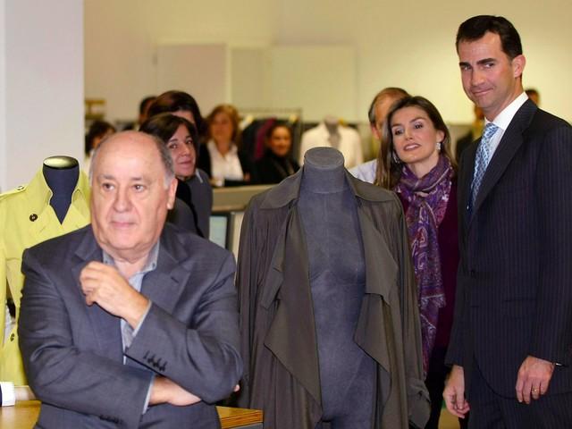 Tất nhiên, sự giàu có mang tới cho Ortega những mối quan hệ không phải ai cũng có được. Trong tấm hình này ông chụp cùng với công nương Letizia và hoàng tử Felipe của Tây Ban Nha. Tấm hình này được chụp vào năm 2008, tới thời điểm hiện tại cặp đôi trên đã là vua và hoàng hậu của Tây Ban Nha.