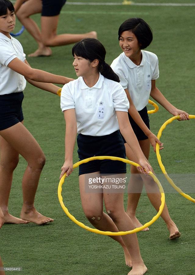 Công chúa Aiko biểu diễn thể dục dụng cụ với các bạn tại trường tiểu học Gakushuin ở Tokyo cho lễ hội thể thao của trường năm 2013.