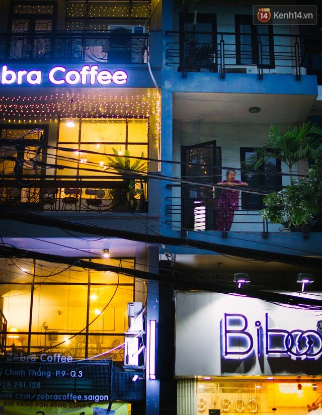 Những quán cafe lên đèn. Từ trên ban công, nhiều người ra đứng nhìn xuống dòng xe cộ tấp nập. Sài Gòn ồn ào xe cộ nhất, chắc cũng là khoảng giao giữa chiều và tối như thế này.
