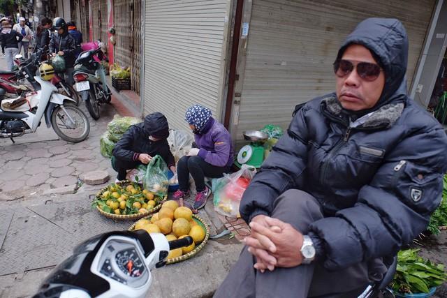 Chùm ảnh: Người Hà Nội co ro xuống phố trong cái lạnh kỷ lục từ đầu mùa - Ảnh 14.