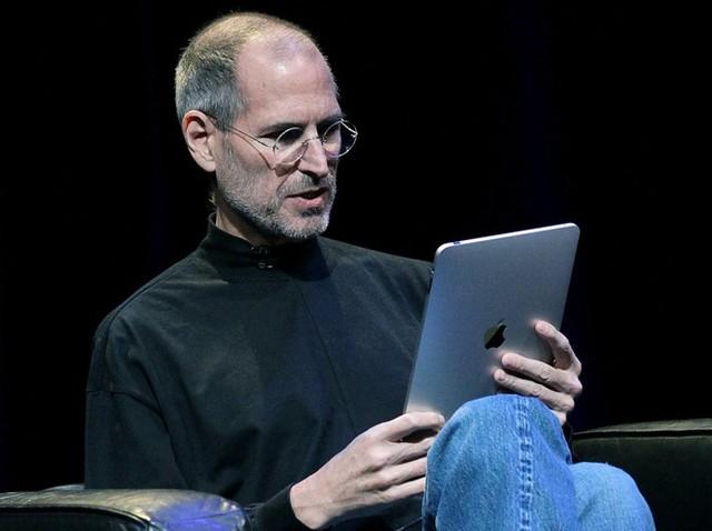 Apple một lần nữa dẫn đầu xu hướng khi trình làng chiếc iPad đầu tiên. Ảnh: Getty Images.