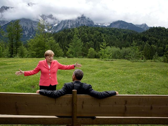 Bức ảnh nổi tiếng thể hiện tình bạn giữa ông Obama và Thủ tướng Đức Angela Merkel. Họ có cuộc trò chuyện bên lề hội nghị G7.