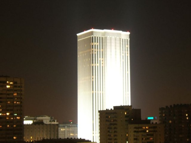 Mặc dù ở một căn nhà không mấy to lớn thế nhưng Ortega sở hữu một trong những tòa nhà cao nhất Tây Ban Nha. Trong ảnh là cao ốc Torre Picasso tại Madrid, thuộc quyền sở hữu của Ortega. Ông mua nó với giá 536 triệu USD.