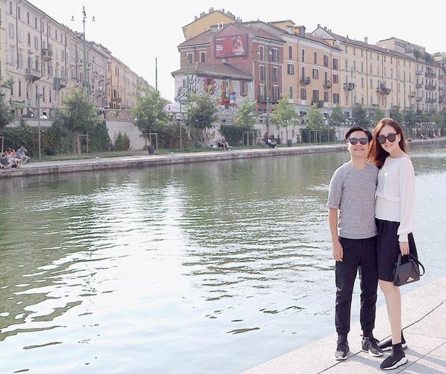 Vợ chồng Mai Ngọc cùng nắm tay nhau đi quanh nước Ý.