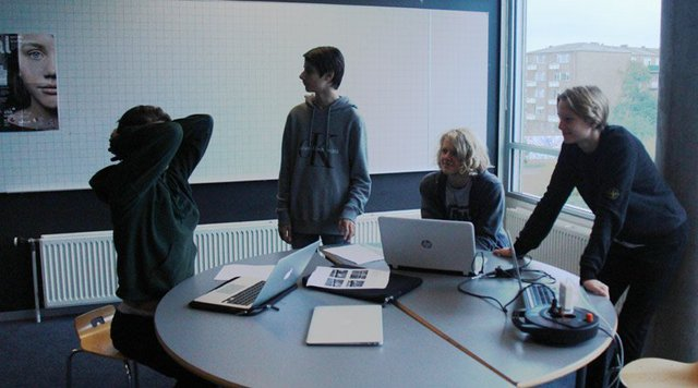 Một nhóm học sinh lớp 9 khác đang ngồi thảo luận về dự án chung