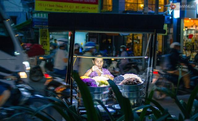 Và có một điều đặc biệt ở Sài Gòn, là có những món ăn đường phố chỉ xuất hiện khi thành phố lên đèn. Một số người bán cho biết họ chọn bán từ chiều đến tối vì lượng người ăn đông hơn. Người Sài Gòn thích lê la ăn vặt sau giờ tan ca!